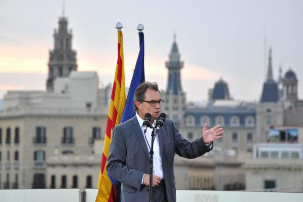Catalan regional president Artur Mas waves at supporters in Barcelona, Spain, October 15